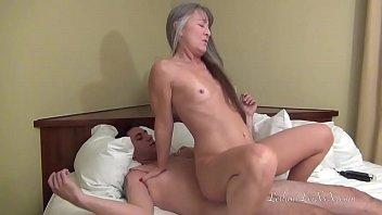 Женщина без трусов показывает половую щелочку и пихает дилдо для себя в очко