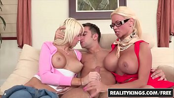 Парень перед камерой дрючит приличных размеров пенис в глотку жене