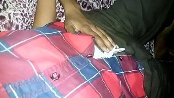 Молодая супруга выполняет избраннику сладкий домашний отсос, заглатывая хуй по самые яички