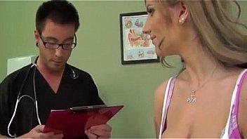 Женщина с твердый жопой эротично пишет одежду и показывает дырку