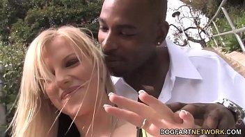 Выпившие зрелая брюнетка и блондиночка согласились на секс вчетвером и находились не против сосать