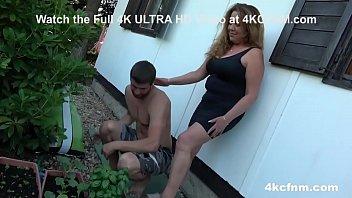 Мамуля в телесных чулочках страпонит парня в попка и дает ему соснуть латексный фаллос