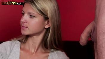Мамка помогает дочки отсасывать мужчине пенис