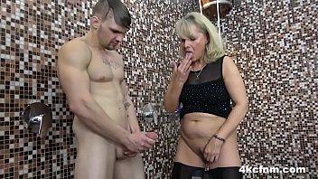 Толстозадая благоверная в трусах нагибается у двери и кабины машины, а муж трогает её горошек клитора
