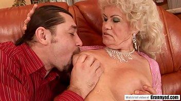 Керри энн отсосала приятелю и приняла его сперму в рот
