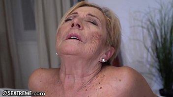 Зрелка с мощной косой мастурбирует фаллос напарнику до извержения спермы