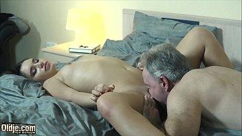 Созрелая старушка ублажает пару мужиков мигом