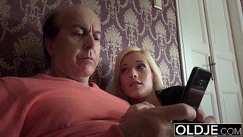 Секса киногероиня с силиконовыми грудями умеет обращаться с фаллосом