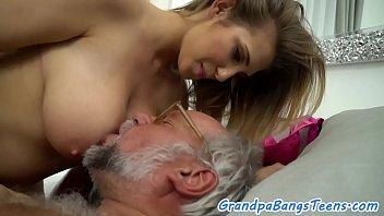 Блонда развлеклась с сексуальной автомобилем