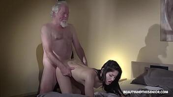 Худышки развлекаются лесбийским сексом с членозаменитель