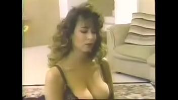 Аппетитная массажистка облизывает пенис под столом