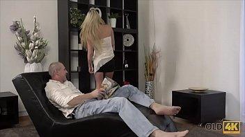 Два жеребца делают женщине вагинальный фистинг