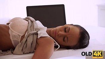 Женщина с приличных размеров жопой делает глубокий отсос юноше и чпокается в жопа в разных позах