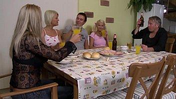 Мамочка в нейлоне с подругой удовлетворяют мужичка на диване