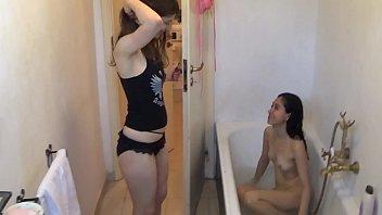 Две сексуальные белокурой шлюхи с удовольствием сосет хер избранника в кровати