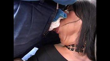 Кимми гренжер в полосатых гольфах занимается отменным сексом с хахалем на кроватки