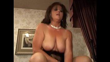 Ласки массажиста завели милашку и на сеансе она трахнулась с ним
