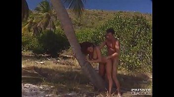Мужик привел на пляж с большими сиськами девушку и усадил на стояк